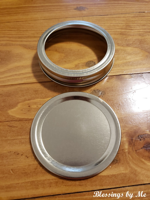 Mason jar lid with band