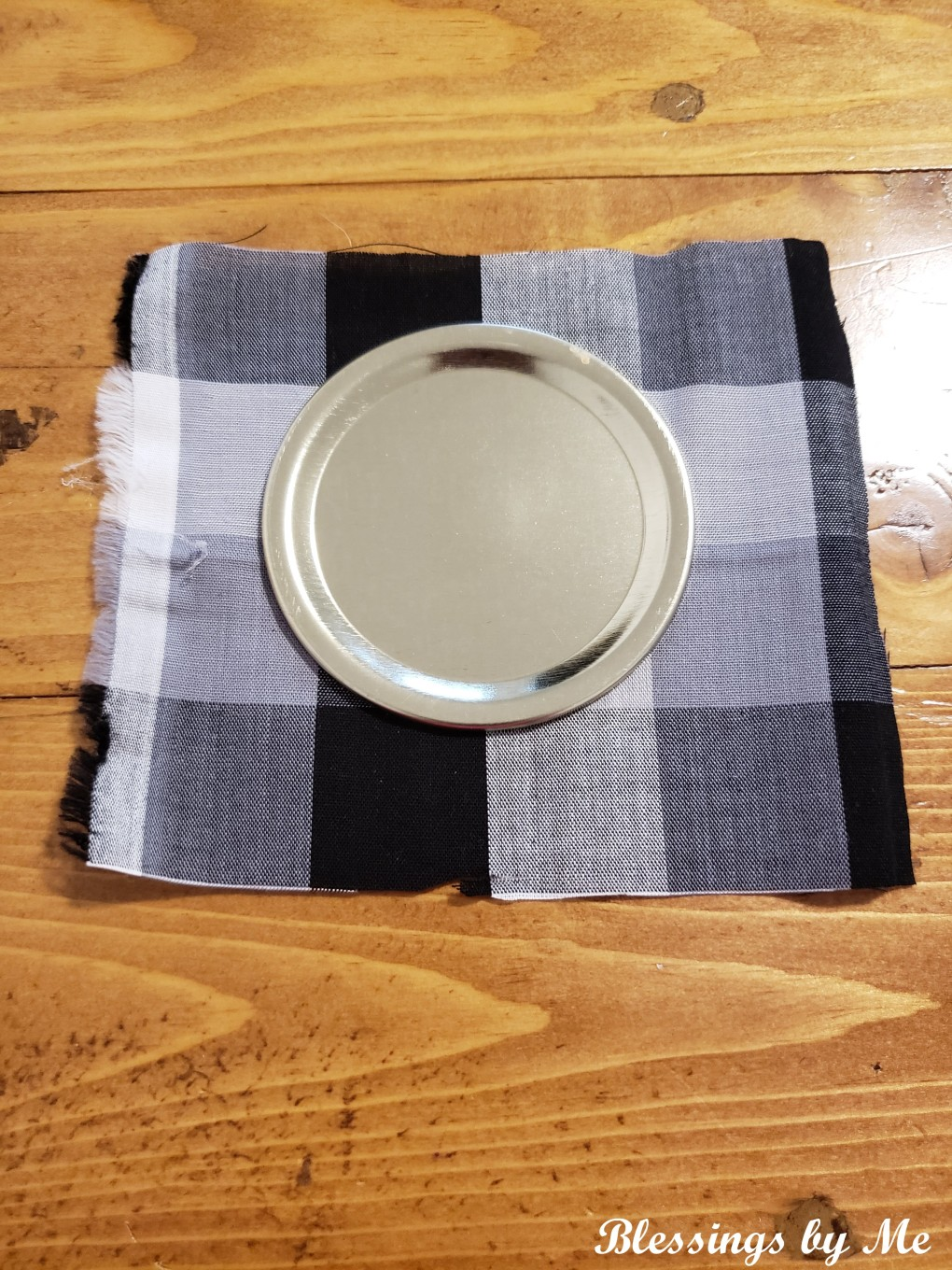 Cover the mason jar lid with the fabric